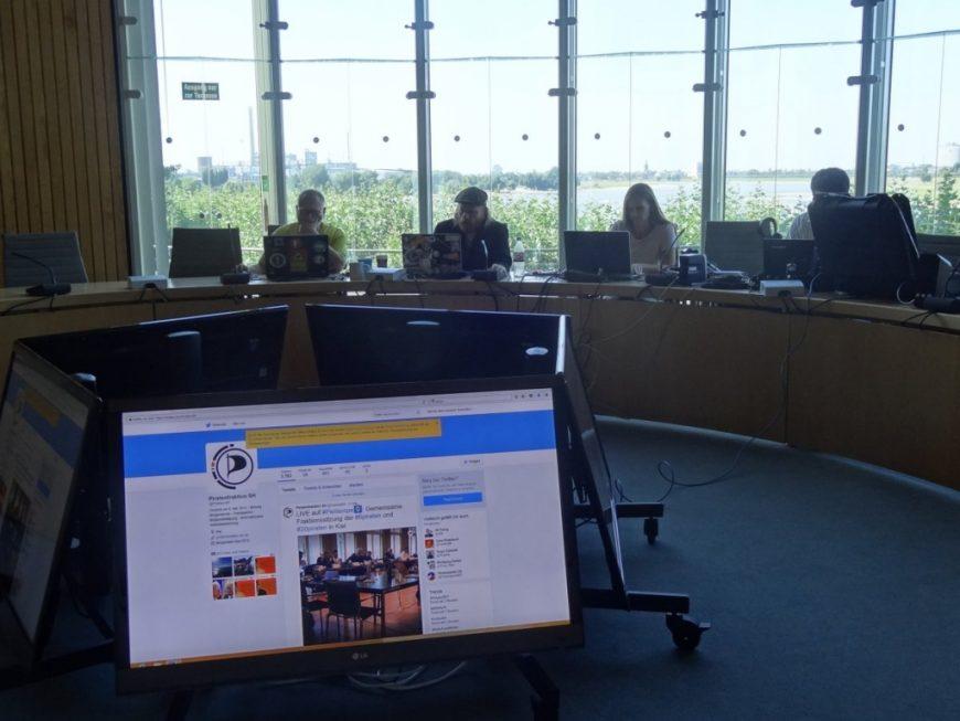 Allerdings war es schon ein wenig traurig, wie leer der Fraktionssaal in Düsseldorf war :'( Nächsten Dienstag wirds wieder voller.